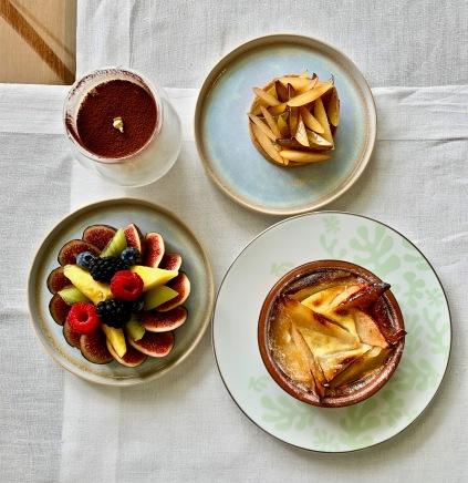 Les desserts en partage : Tiramisu / Tarte aux prunes / Clafoutis au Coingaérien / Lesfruits frais de saison ©lepetitlugourmand