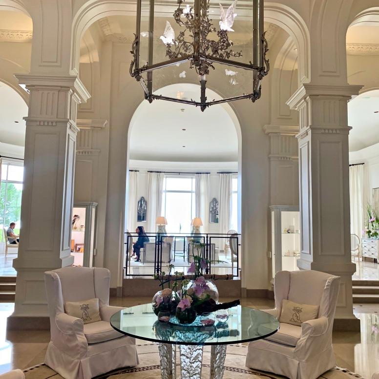 L'entrée du Grand-Hôtel du Cap-Ferrat A Four Seasons Hotel & Resort ©lepetitlugourmand