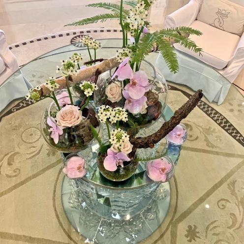 Compsition florale sur la Table Lalique ©lepetitlugourmand