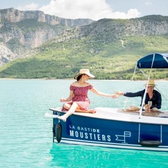 """""""L'Estelle"""" le bateau 100% électrique de La Bastide de Moustiers ©pmonetta"""