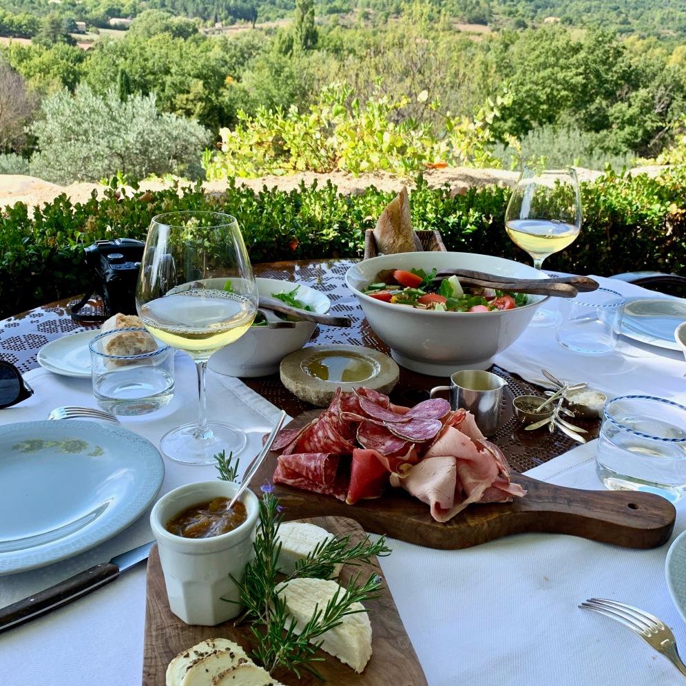Un déjeuner improvisé sur la terrasse ©lepetitlugourmand