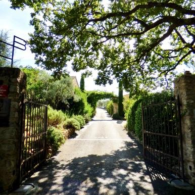 Le portail d'entrée de La Bastide de Moustiers ©lepetitlugourmand