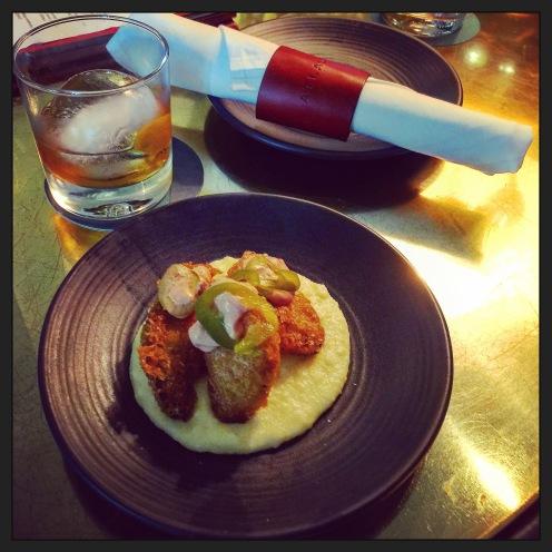 Old Fashion Bourbon et beignets de tomates vertes au jalapeño et Gritts ©lepetitlugourmand
