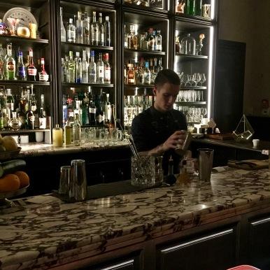 le bar et un des mixologistes ©lepetitlugourmand