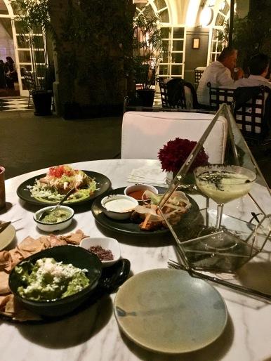 Guacamole accompagné de chapulines ( petits criquets grillés et séchés aux piments ) / Taquitos crevettes et fromage Oaxaca ©lepetitlugourmand