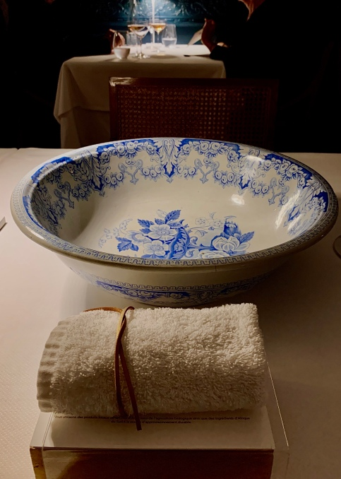 Coupe de toilettes en porcelaine ancienne ©lepetitlugourmand
