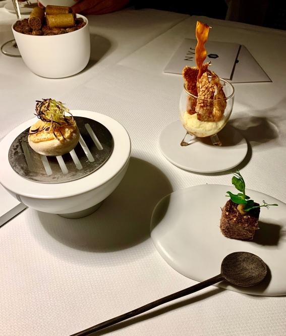 Quatre étonnants amuses-bouches : le sandwich ( comme un macaron ) cuit et fumé sur le braai, le Mieliepap, le Biltong et le cigare crème de champignons cacao bio ©lepetitlugourmand