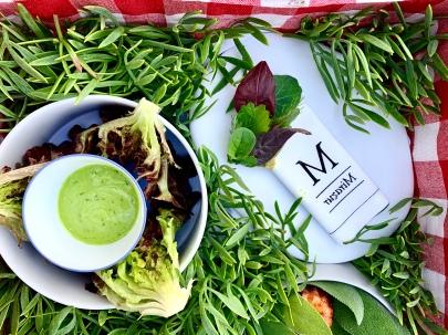 Salades croquantes et crème montée de tetragone / Fines feuilles aromatiques - pesto d'herbes ©lepetitlugourmand