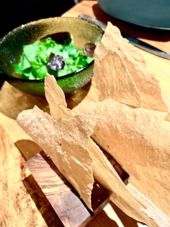 Fine et ardente salade, pain à la fine feuille craquante ©lepetitlugourmand