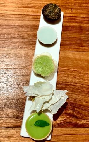 Mignardises : Basilic / Sauge- fleur de lait / Mélisse / Dés de chèvre, crème de capucine et Chocolat romarin ©lepetitlugourmand