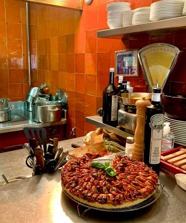 La Tarte à la tomate en cuisine ©lepetitlugourmand