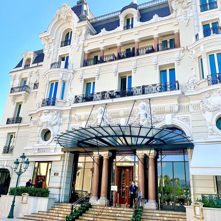 L'entrée de l'Hôtel de Paris Monte-Carlo ©lepetitlugourmand