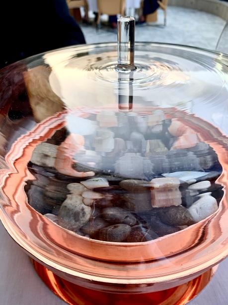 amuse-bouche : cinq bouchées de poissons marinés posées sur des galets chauffées à 250°C et saisies à la seconde devant vous, par un bouillon citronné ©lepetitlugourmand
