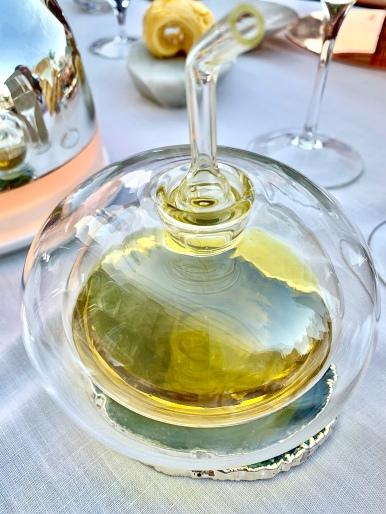 """La burette """"alambiquée"""" d'huile d'olive de Sospel signée Aldo Bakker ©lepetitlugourmand"""