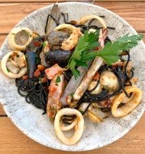 Spaghettis à l'encre de seiche et aux fruits de mer ©lepetitlugourmand