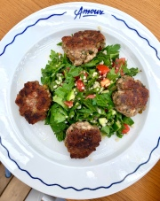 Kefta de veau et agneau, féta et pistaches, taboulé vert ©lepetitlugourmand